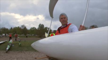Ch. Schröder beim Start Das Boot muss beim Start vom Strand in die Ostsee getragen werden